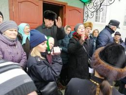 На Буковині щодо поліцейських, які охороняли збори щодо переходу парафії з РПЦ до УПЦ, ініціювали службове розслідування