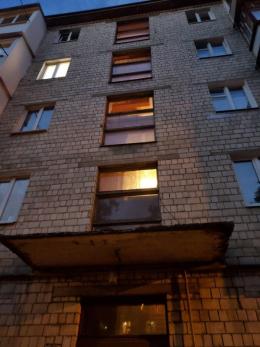 У Чернівцях чоловік випав з вікна на третьому поверсі будинку (фото)