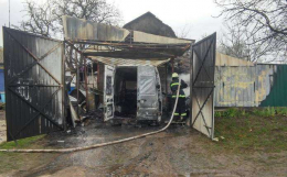 На Буковині вщент згорів мікроавтобус та мотоблок