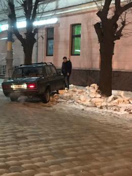 """У Чернівцях """"Жигулі"""" протаранив світлофор, водій втік з місця ДТП (фото)"""