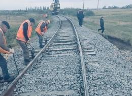 На Буковині завершили засипати яму на залізничному перегоні і відновили рух потягів