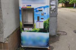 Двоє буковинців викрали п'ять тисяч з автоматів питної води