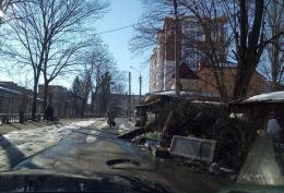 У Чернівцях навпроти садочка тижнями не вивозять гори сміття (фото)