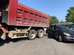 У Чернівцях біля Калинівського ринку вантажівка зіткнулась із легковиком (фото)
