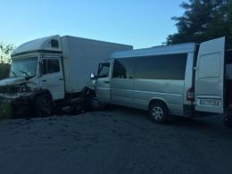 На Буковині мікроавтобус виїхав на зустрічну смугу та врізався у вантажівку