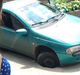 У Чернівцях колесо автомобіля провалилося під асфальт