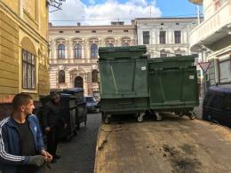 У Чернівцях в центрі міста замінили 100 сміттєвих баків (фото)