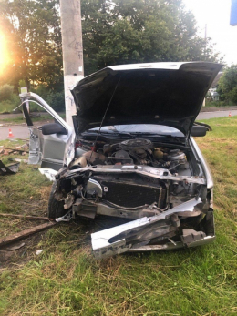 """На Калинівській у Чернівцях """"Форд""""  збив електроопору, є постраждалі (фото)"""