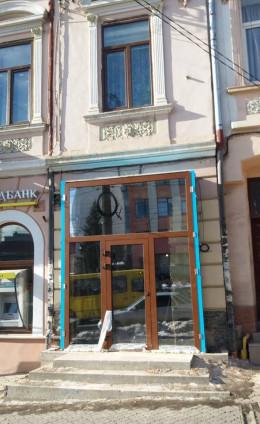 Реконструкція фасаду будівлі на Героїв Майдану у Чернівцях викликала хвилю обурення