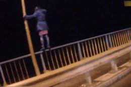 На Буковині патрульні врятували жінку, яка хотіла стрибнути з мосту (відео)