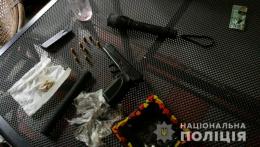 У Чернівцях в зловмисника поліція вилучила цілий арсенал зброї та наркотичні засоби (фото)