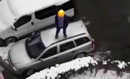 У Чернівцях затримали неадекватного чоловіка, який стрибав на даху автівки