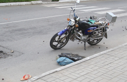 """На Буковині зіткнулись """"Лада"""" та мотоцикл, постраждало двоє людей (фото)"""