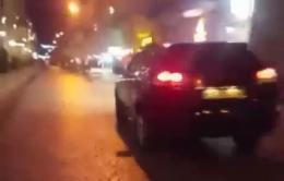 У Чернівцях водій позашляховика виїхав на пішохідну вулицю та вийшов з автівки під час руху (відео)