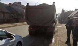 У Чернівцях виявили вантажівки, які перевозили гравій без документів