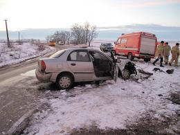 На Буковині таксі врізалось в автобус, загинув водій (фото)