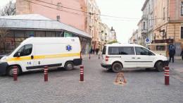 У Чернівцях швидка допомога не змогла дістатися до хворого, бо в'їзд заблокувало авто (фото)
