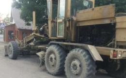 У Кіцмані п'яний водій без прав врізався грейдером у легковик (фото)