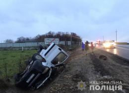 На Буковині зіткнулись три авто, одна з автівок перекинулась, постраждала пасажирка