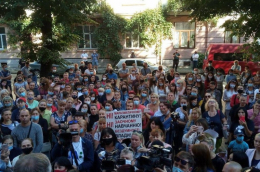 У Чернівцях батьки школярів влаштували акцію протесту під стінами ОДА