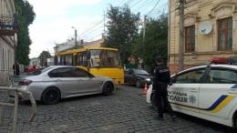 У Чернівцях BMW в'їхало в маршрутку, травмувалися жінка і дитина