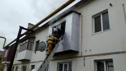 У Сторожинці рятувальники врятували чоловіка, який не міг вибратись із палаючої квартири (фото)