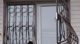 За викрадення решітки з вікна КЖРЕПу чернівчанин отримав рік умовного покарання
