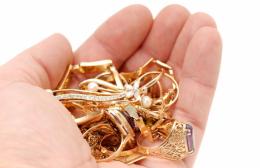 У Чернівцях поліцейські спіймали крадіїв, котрі викрали золоті прикраси та мобільний телефон