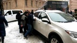 В центрі Чернівців позашляховик заблокував рух транспорту