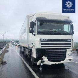 На Буковині на мості зіткнулись дві вантажівки