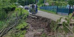 На Буковині в селі стався зсув грунту, пошкоджено 150 метрів дороги