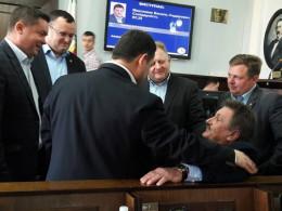 """Депутати міськради у Чернівцях винесли на руках """"бургомістра"""""""