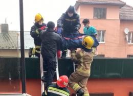 У Чернівцях дівчина травмувала ногу, випавши з другого поверху