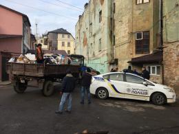 У центрі Чернівців жінка-безхатченко зробила сміттєзвалище