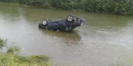 """На Буковині """"Фольксваген"""" злетів у гірську річку, постраждав водій"""