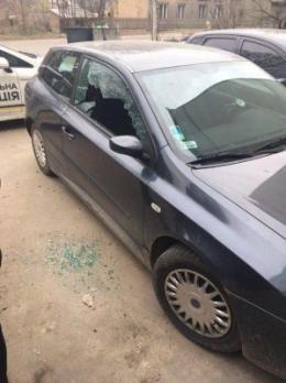 У Чернівцях на вулиці Кармелюка зловмисники обстріляли автомобіль
