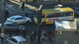 У Чернівцях на Комарова зіткнулись легковик з маршруткою