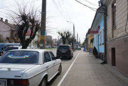 У Чернівцях з'явились перші веломаршрути, але на них паркуються водії (фото)