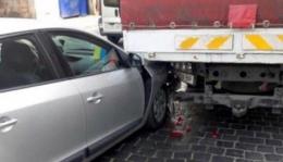 """У Чернівцях на Чкалова """"Renault"""" заїхав під вантажівку (фото)"""
