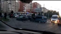 """У Чернівцях на Головній зіткнулись """"Опель"""" та """"Мерседес"""", є постраждалі (відео)"""