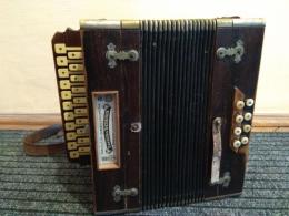 В пункті пропуску «Порубне» митники попередили вивезення з України орденів та старовинного музичного інструмента