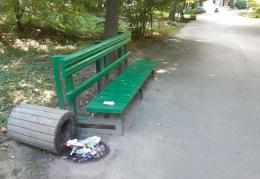 У Чернівцях невідомі хулігани потрощили смітники у парку Шевченка