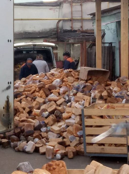 У Чернівецькому хлібокомбінаті пояснили, звідки взялася гора черствого хліба