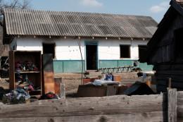 На Буковині згорівший будинок багатодітної матері відновлюють односельчани