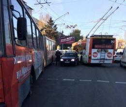 У Чернівцях «євробляха» врізалась у тролейбус