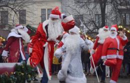 У Чернівцях на Соборній площі пройшов флешмоб Дідів Морозів і Снігурок (фото)