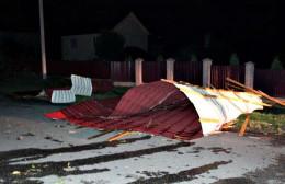 У Сторожинці сильний вітер пошкодив дах ліцею (фото)