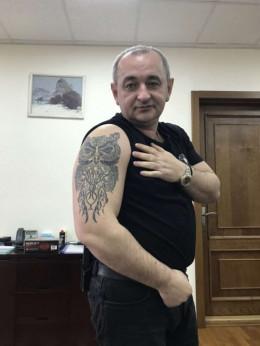Головний військовий прокурор з Буковини Анатолій Матіос показав своє татуювання у вигляді сови