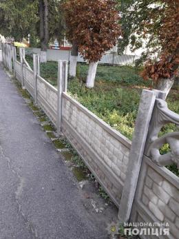 22-річний буковинець пошкодив бетонний паркан сільської ради