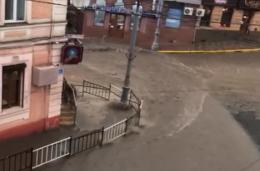 У Чернівцях через негоду затопило вулиці, зривало дахи та ламало дерева (відео)